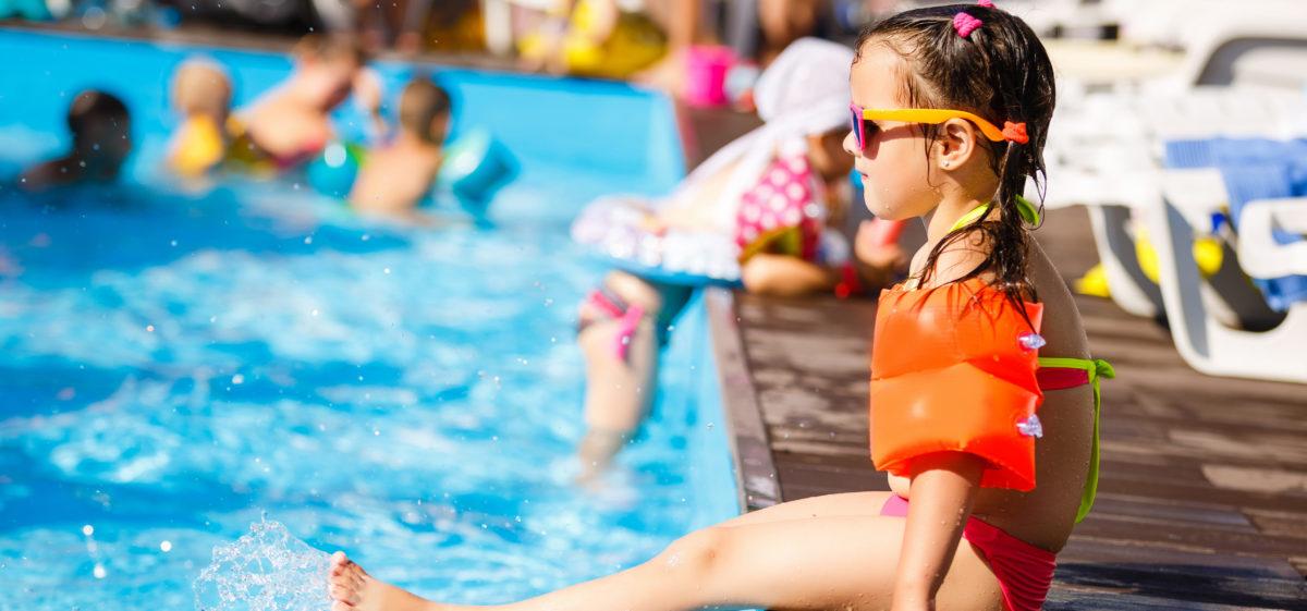 Dziewczynka na basenie