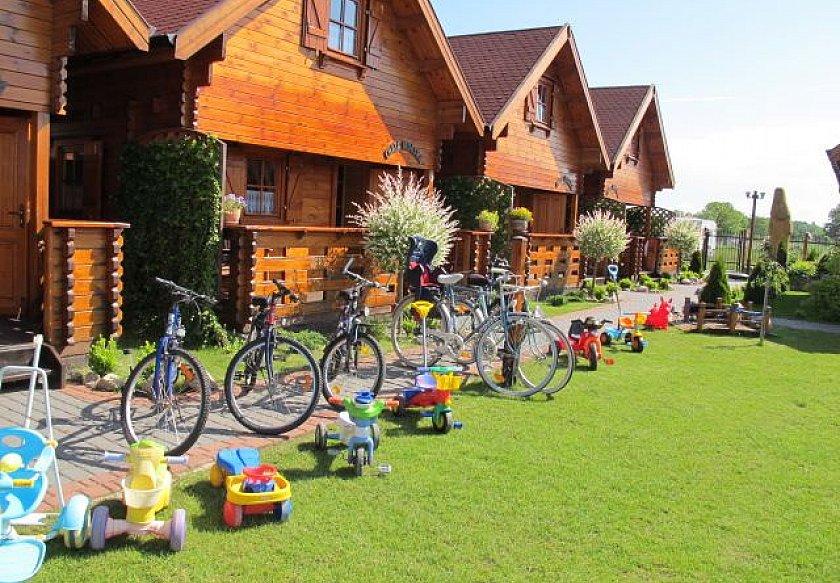 domki letniskowe na wynajem wypożyczalnia rowerów zabawki dziecięce na trawniku