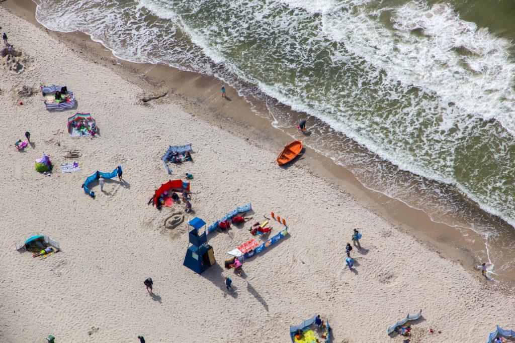 plaża nad bałtykiem, wczasy nad morzem, turyści wypoczywają nad Bałtykiem
