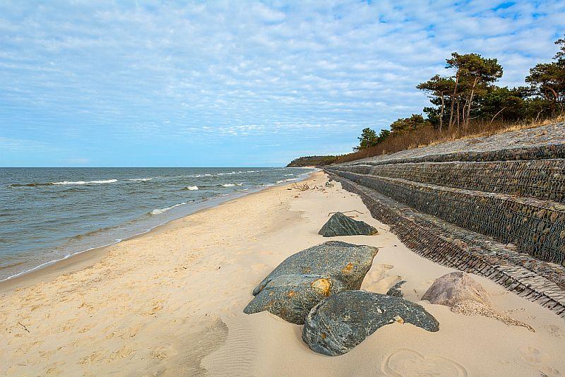 Plaża w Ostrowie zabezpieczona przed wdzieraniem się morza w głąb lądu