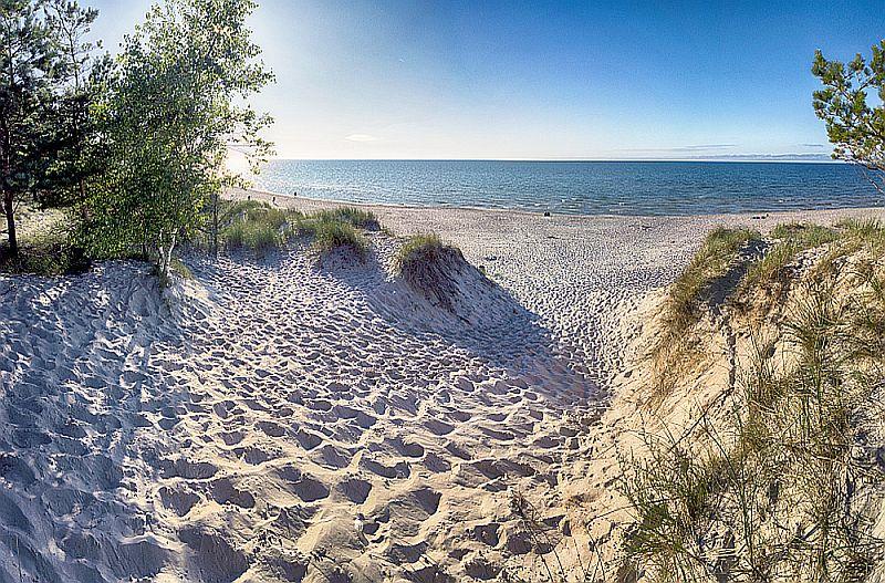 Słowiński Park Narodowy, wejście na plażę, widok na wydmy i plażę