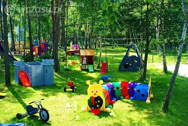 plac zabaw i zabawki dziecięce w ogrodzie domków letniskowych Fala