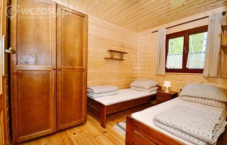 Pokój w drewnianym domku letniskowym