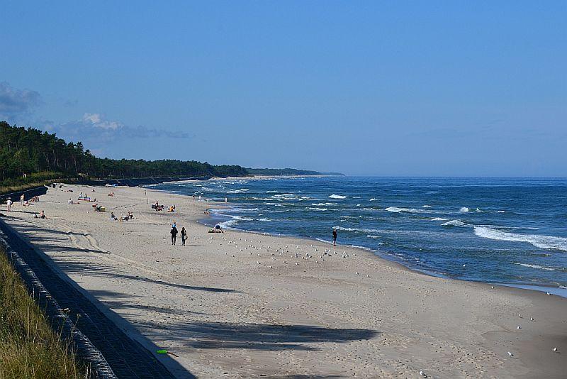 Wczasy nad morzem, plaża bez tłumów, pusta plaża w Karwi