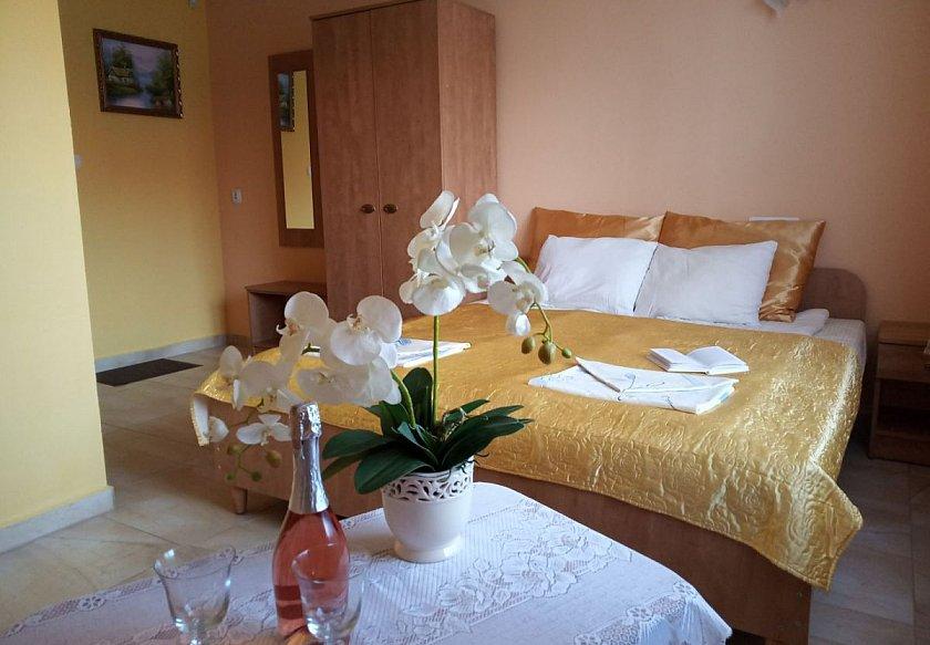 przygotowany pokój hotelowy na gości.