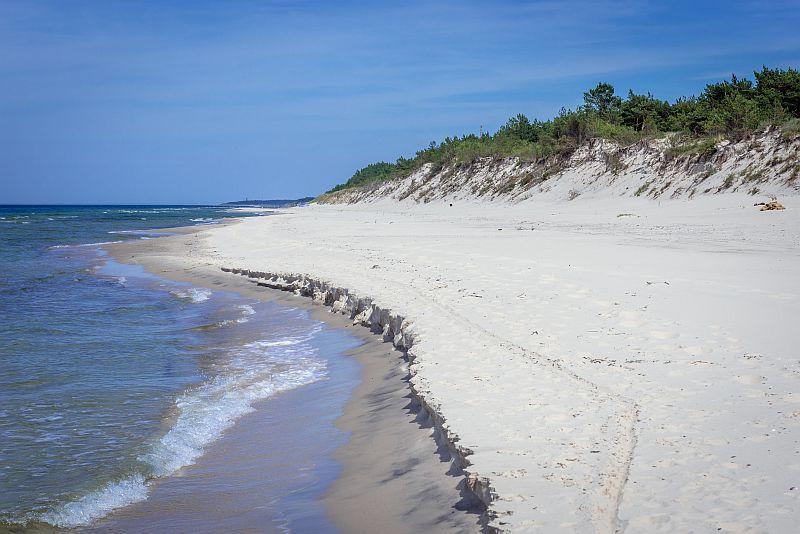 plaża nad Bałtykiem, pusta plaża nad mrozem, las, wydmy morze i plaża
