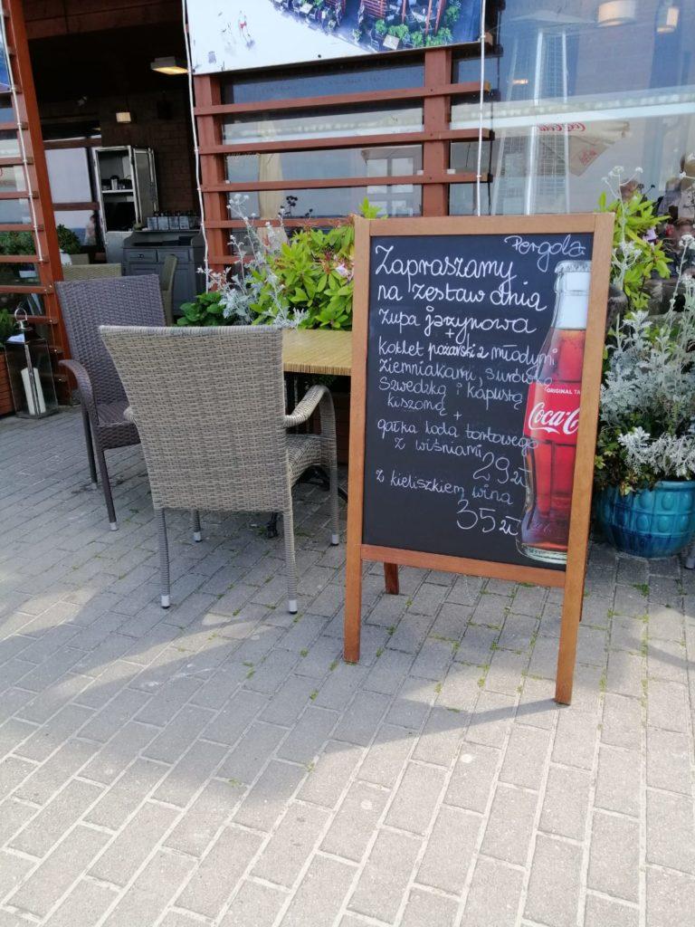 Widok na menu restauracji nad morzem