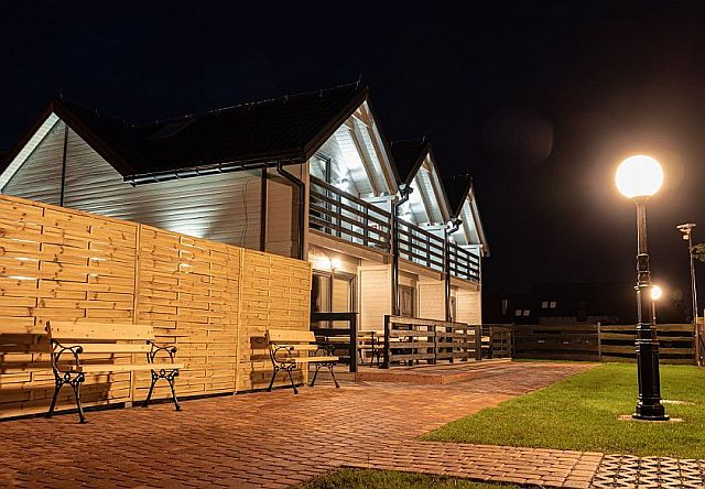 Widok na domki letniskowe oświetlone nocą