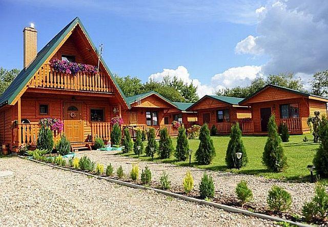 Drewniane domki wypoczynkowe widok na ogród