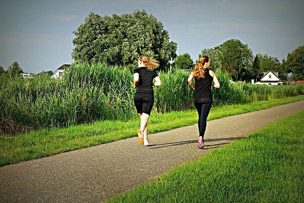 2 dziewczyny uprawiają biegi w parku