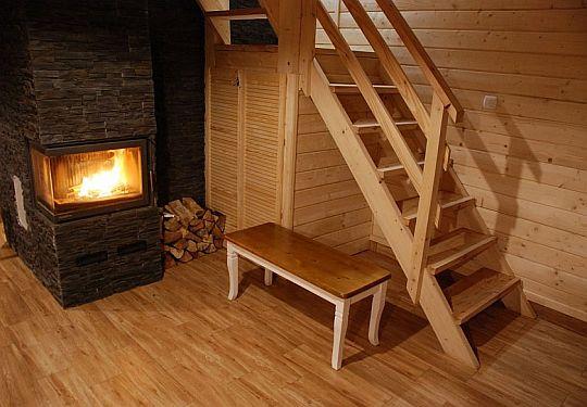 Palący się Kominek, drewno, schpdy salon z kominikie