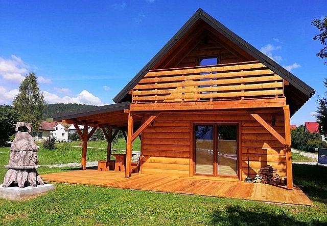 drewniany domek z tarasem i balkonem
