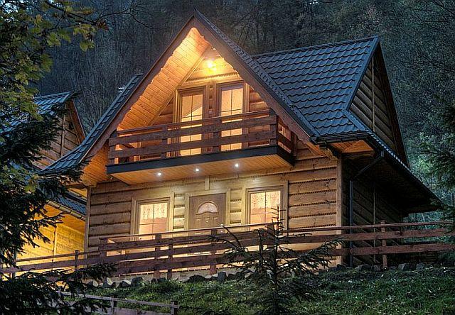 Oświetlony Domek w górach na stoku górskim
