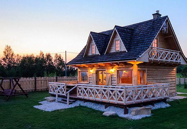 Widok na drewniany dom z bala z dużym tarasem